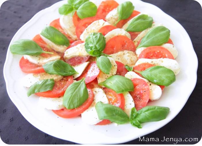 рецепт салата капрезе с помидорами моцареллой и базиликом фото