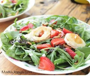 салат со шпинатом клубникой и запеченным сыром легкий салат салат простой клубника руккола рукола лубника козий сыр кедровые орешки полезный салат вкусный салат