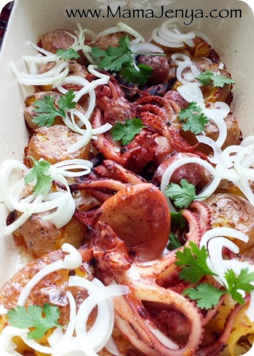 Мягкие осьминожки с хрустящими щупальцами и вкуснейшим картофелем! Очень популярное в Португалии блюдо, которое подается со свежим луком и зеленью кинзы.