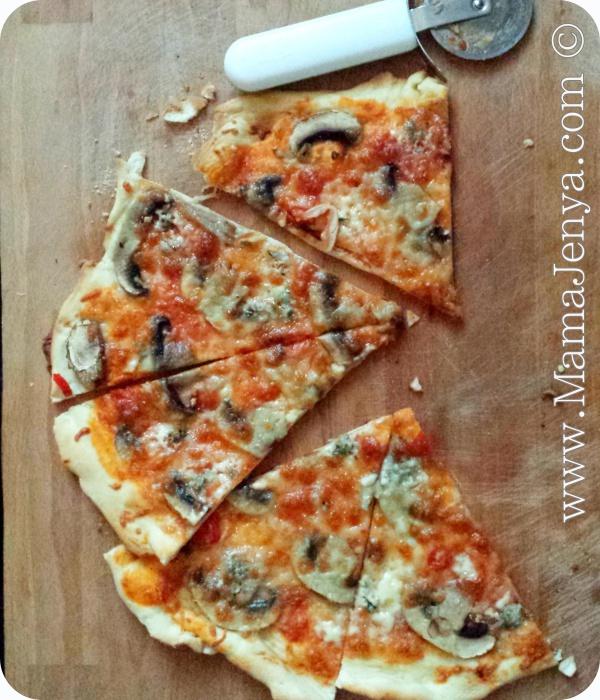 Пицца с грибами и горгонцолой