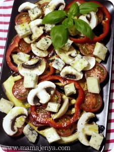 Тёплый салат из баклажан с сыром с плесенью